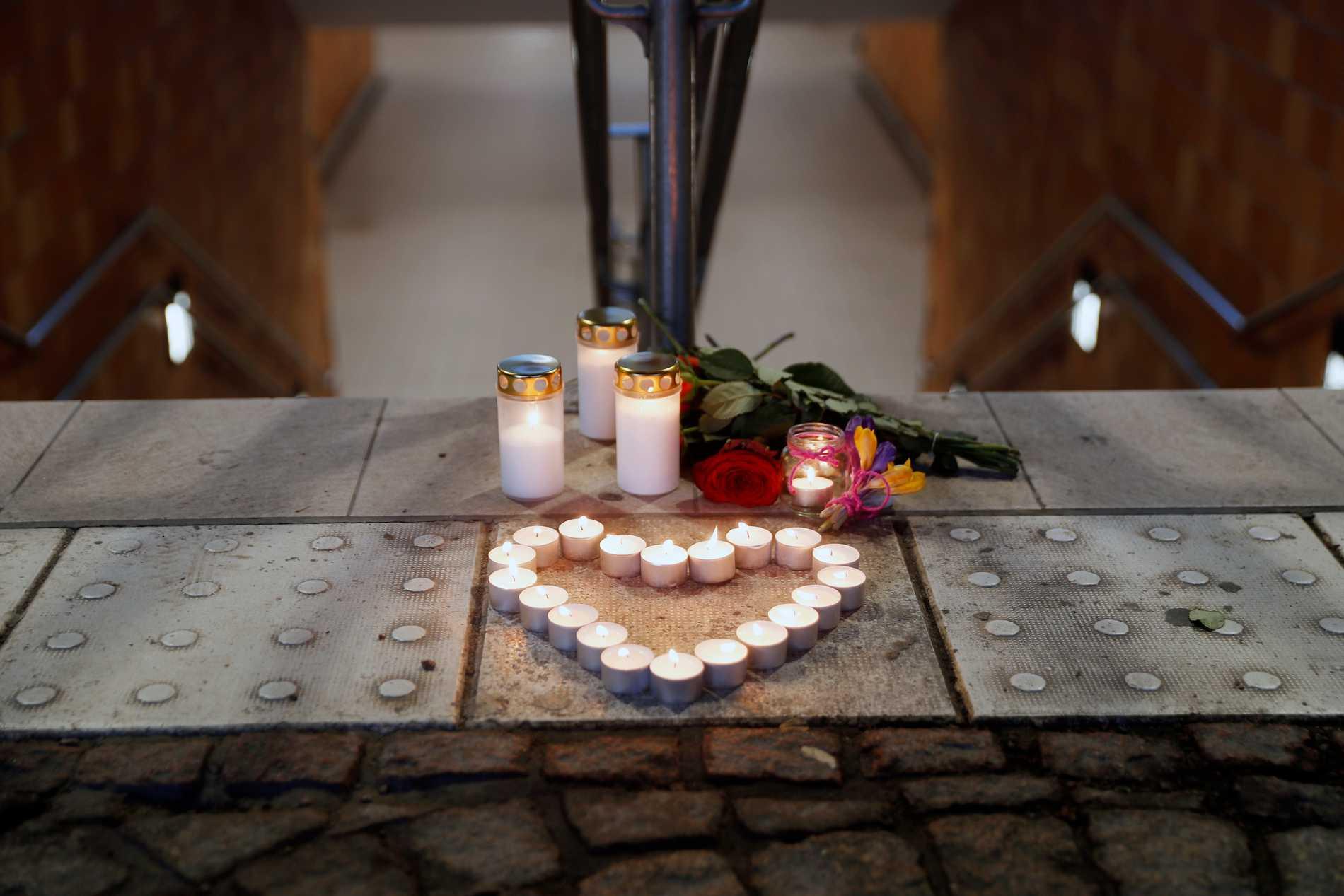 En kvinna i i 45-årsåldern mördades av en man i 40-årsåldern i en gångtunnel mellan perrongerna på centralstationen i Linköping.