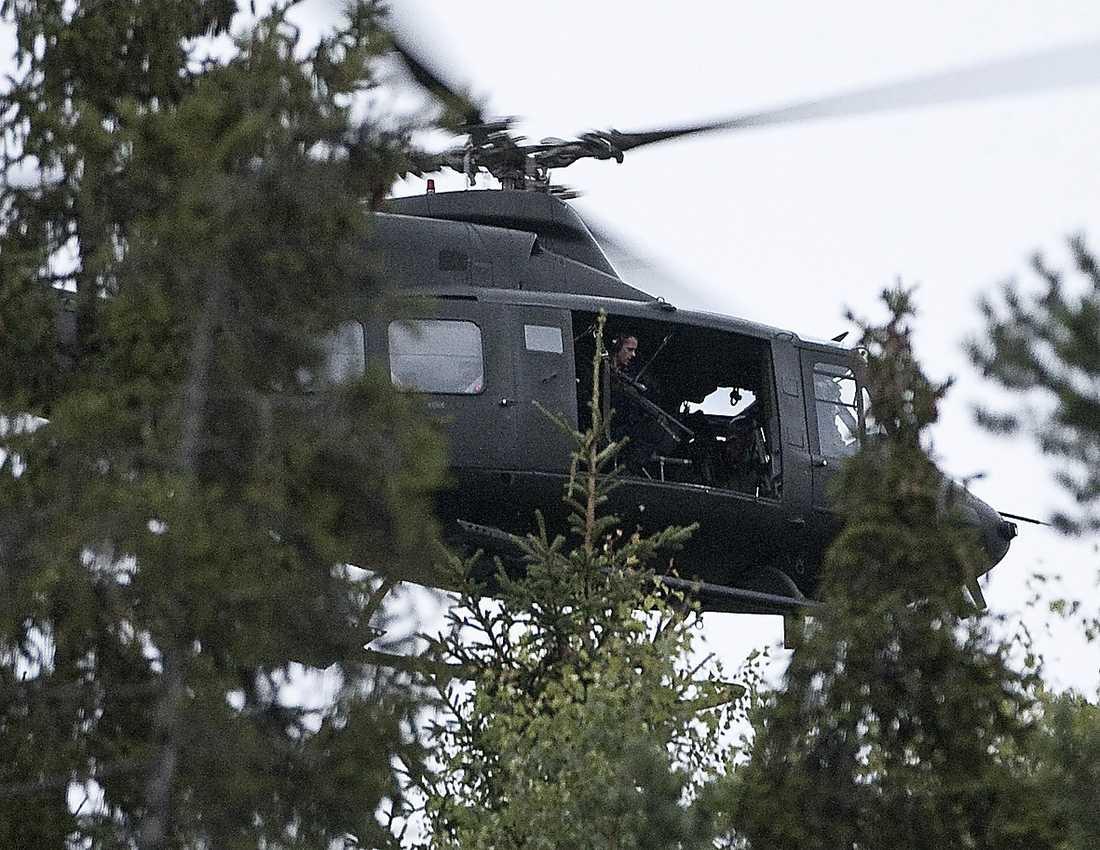 Polisen cirkulerar över ön med en helikopter.