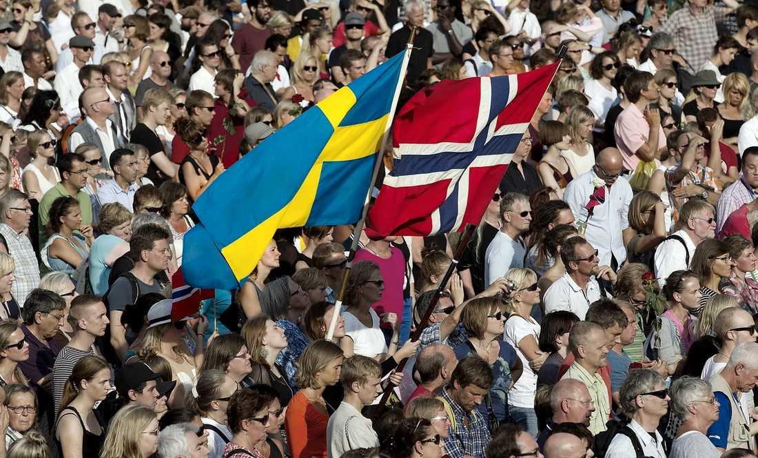 SVERIGE SÖRJER Tusentals människor hade samlats på Sergels torg i Stockholm för att hedra offren efter terrorattentatet i Norge.