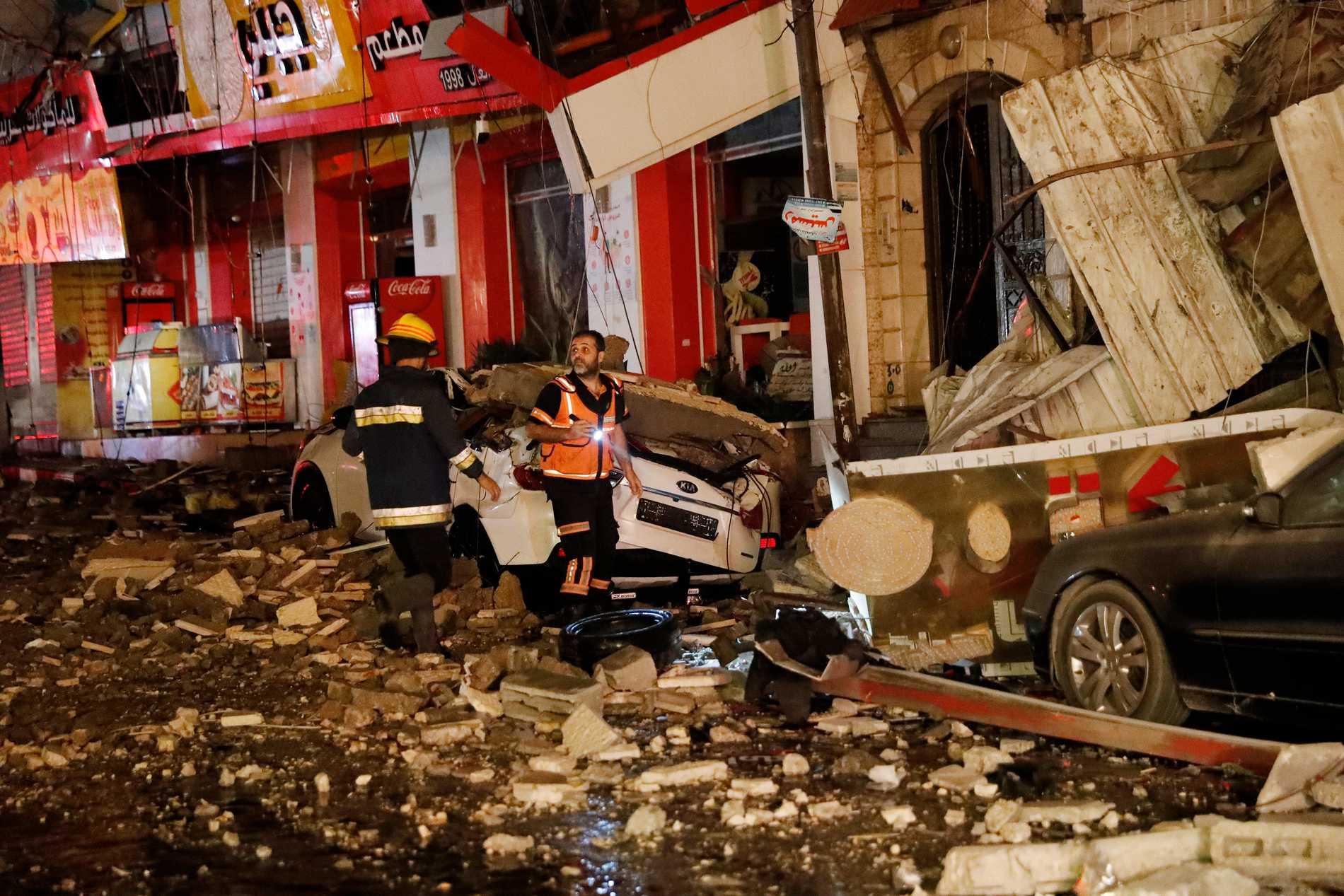 Flera byggnader har förstörs av israeliska bomber i Gaza under onsdagsmorgonen.