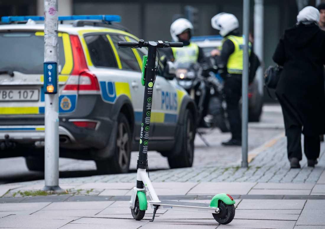 Elsparkcykel utanför Triangeln i centrala Malmö. Arkivbild.