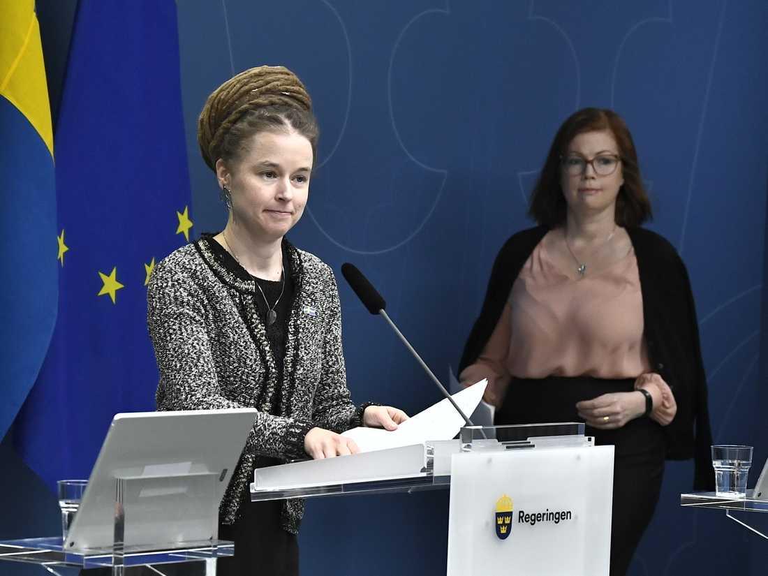Kultur- och demokratiminister Amanda Lind under en pressträff om Sveriges begravningsverksamhet med anledning av coronaviruset. Till höger Anna Starbrink, hälso- och sjukvårdsregionråd (L) i Region Stockholm.