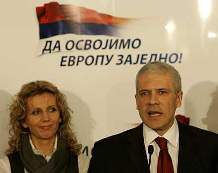 Boris Tadic talar efter segern, med hustrun Tanja vid sina sida.