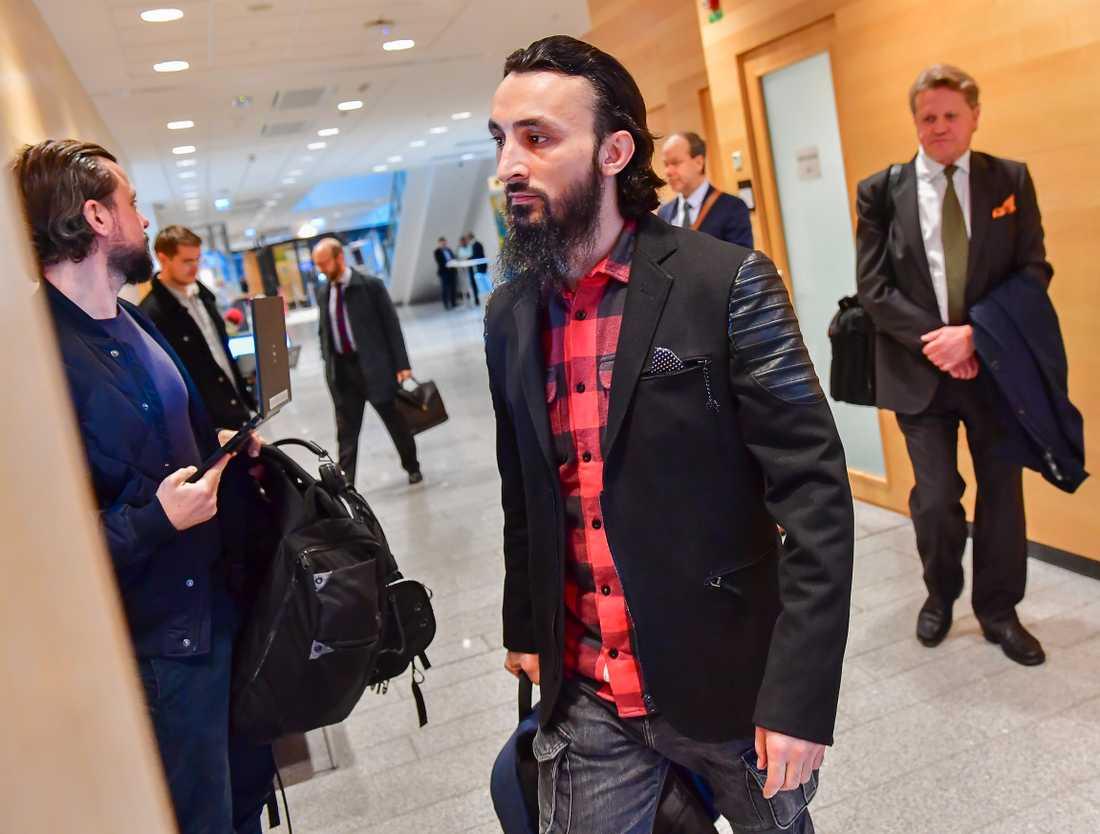 Tumsu Abdurachmanov anländer till säkerhetssalen i Attunda tingsrätt på måndagen.