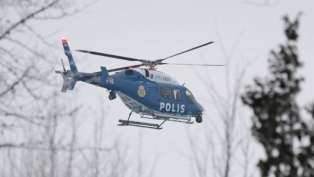 Polisen kunde gripa de tre männen med hjälp av polishundar och helikopter.