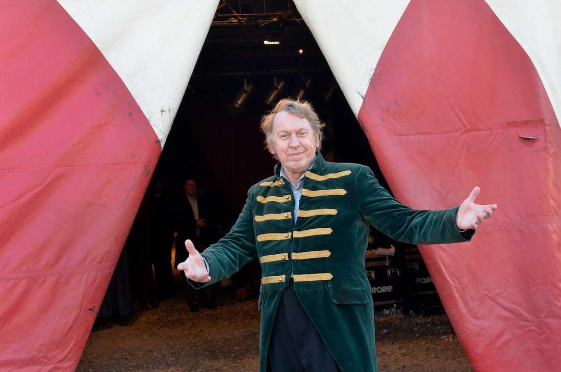 Tomas von Brömssen spelar cirkusdirektör.