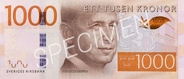 Svenske FN-chefen Dag Hammarskjöld ersätter Gustav Vasa på 1000-kronors sedlarna. Säkerhetsbilden föreställer en olivkvist, som skiftar i färg när man vickar på sedeln.