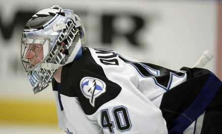SKRIVER NYTT Johan holmqvist nästan fördubblar sin lön i NHL. Han är överens med Tampa Bay om ett nytt ettårskontrakt.