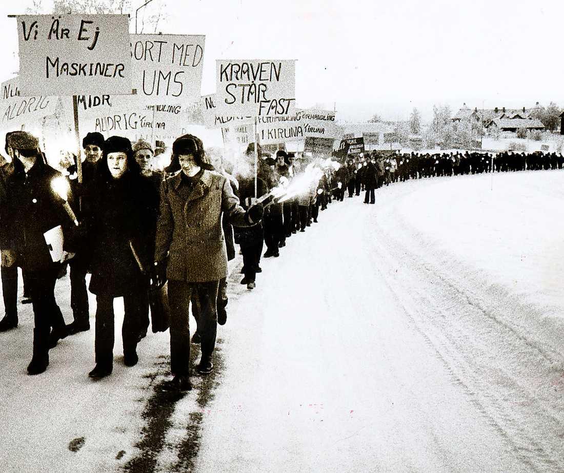 """Gruvstrejk i Kiruna 1969. Arbetarrörelsens styrka skrämde en gång kapitalet och den politiska liberalismen till samförstånd, menar Göran Greider: """"Kapitalet måste skrämmas en gång till!""""."""