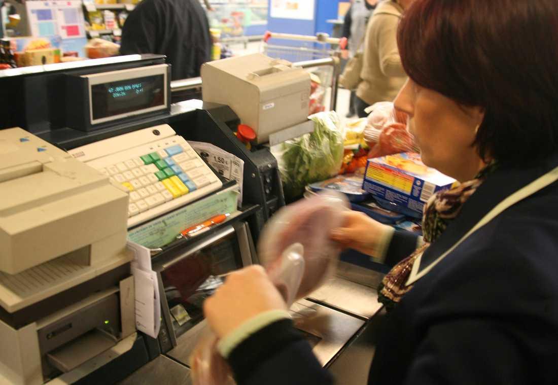 Kvinnorna tjänar mindre Handelsanställda kvinnor har tröttnat på andras löneglidning och löneavtal i procent som gör att klyftorna blivit ännu större.