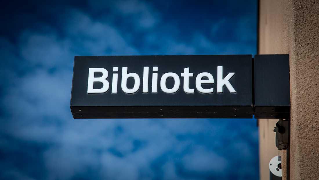 Kommunala bibliotek och badhus stänger i Norrköping och Lidköping, men inte i Stockholm och Göteborg. Arkivbild.