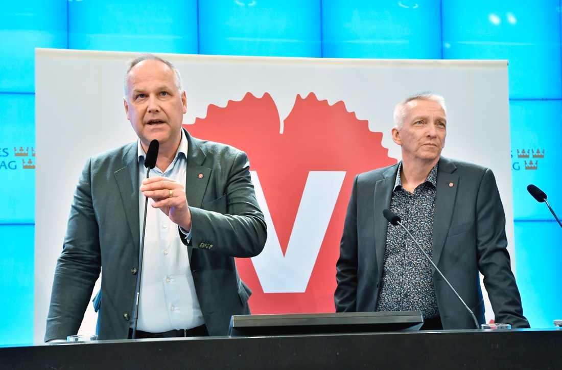 Vänsterpartiets ledare Jonas Sjöstedt och partiets energipolitiske talesperson Birger Lahti (V) erbjuder sig att bli stödben för regeringens energiöverenskommelse.