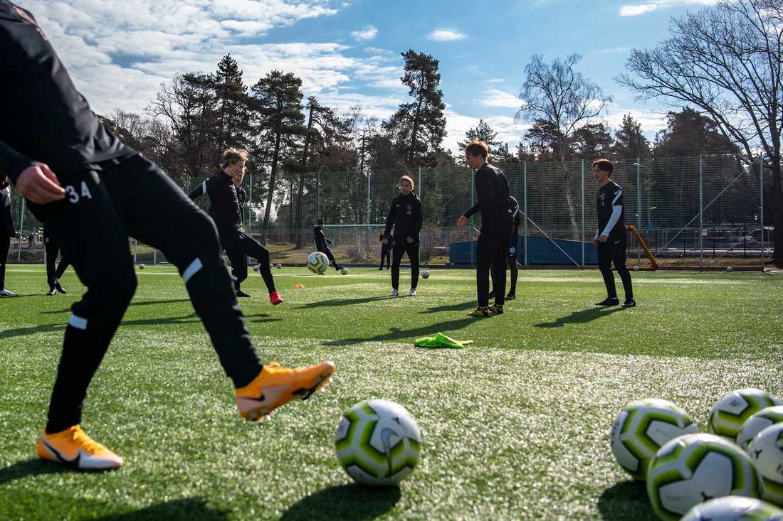 Fyra av eleverna ur fotbollsklassen på Bromma gymnasium delar med sig av sina dagböcker.
