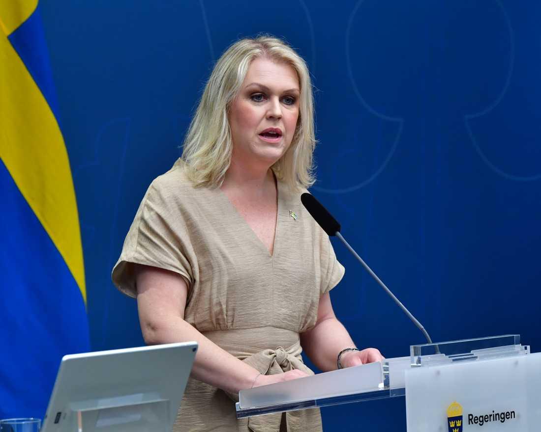 Socialminister Lena Hallengren (S) säger att regionerna måste öka takten i testningen för covid-19.