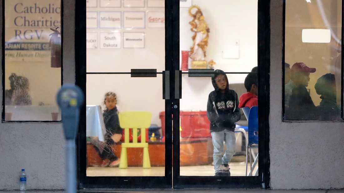 Familjer som tagit sig illegalt över gränsen till USA väntar i McAllen i Texas.