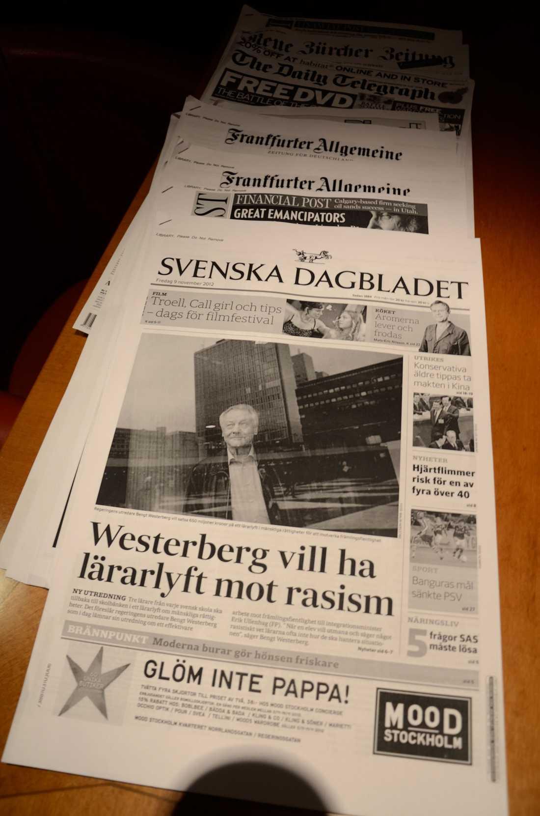 I biblioteket hittar du också färska tidningar som trycks ombord – till exempel Svenska Dagbladet.