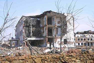 Utblåsta och svårt skadade hus efter tågkatastrofen.