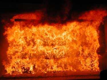 En hel butikshylla har på fem minuter blivit helt övertänd. Här har de brandgaser som bildats antänts.