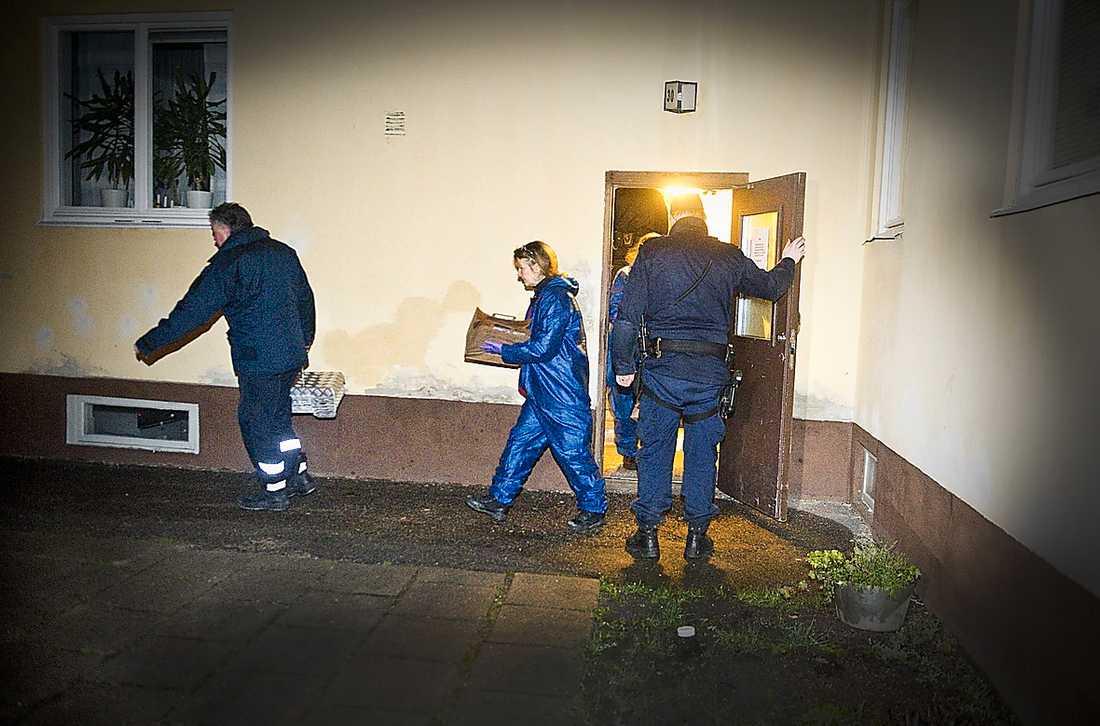 Polisens tekniker utanför 38-åriga kvinnans hem.