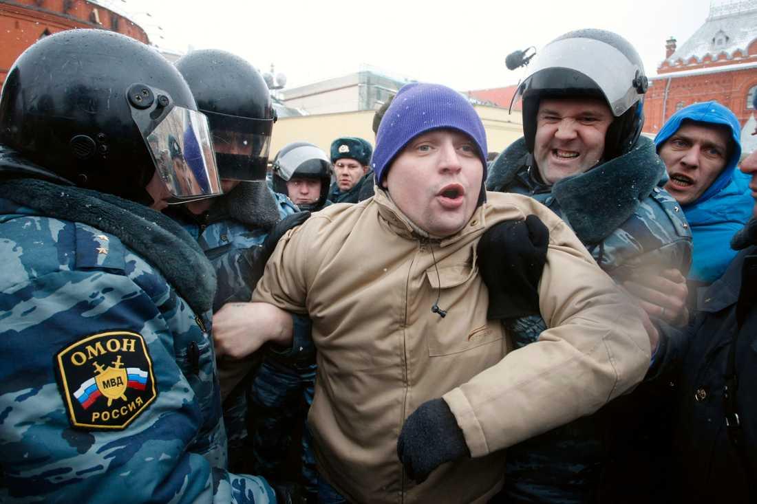 Brutala metoder Polisen griper flera demonstranter i Moskva.