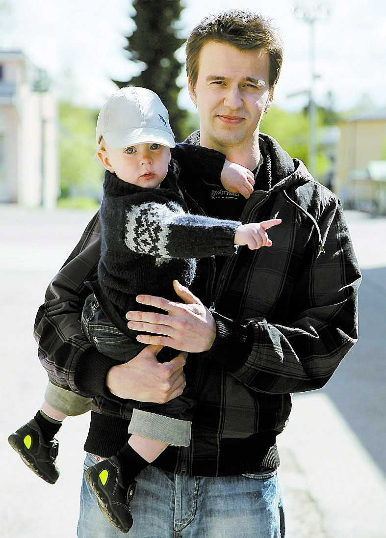 """Kenneth Sahlén, 24, och Alexander, 1. """"Jag har sonen i Hofors och söker bara jobb inom fem mils avstånd."""""""