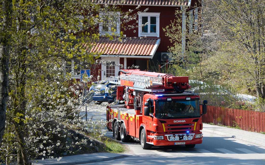 Under söndagsmorgonen brann det i ett flerfamiljshus i Kummelnäs i Nacka.Inledningsvis fanns det risk för spridning till intilliggande byggnader.