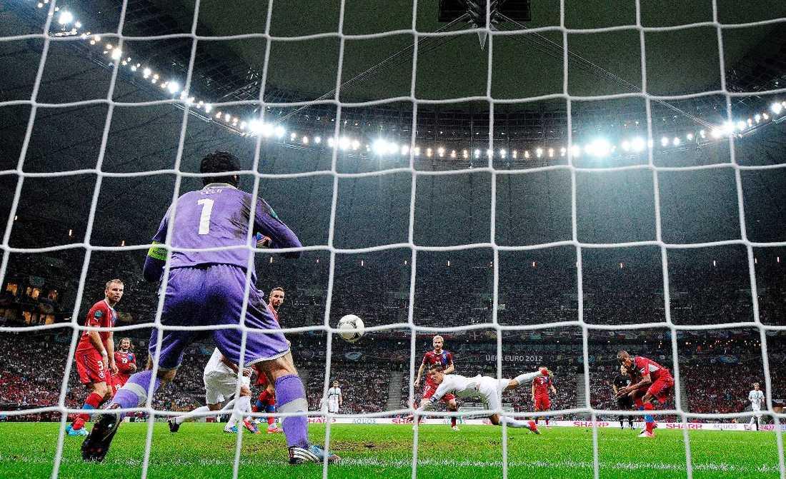 """SIM SALA BIM, CRISTIANO En fladderfrispark i stolpen. En halvvolley i flykten strax över. Och till sist en klassisk centertanksnick i mål. Här gör Cristiano Ronaldo 1–0 för Portugal i gårdagens kvartsfinal mot Tjeckien, ett mål som tar Portugal vidare till semifinal. """"Jag är lycklig över mitt mål men vill tacka och gratulera hela laget"""", säger Ronaldo."""