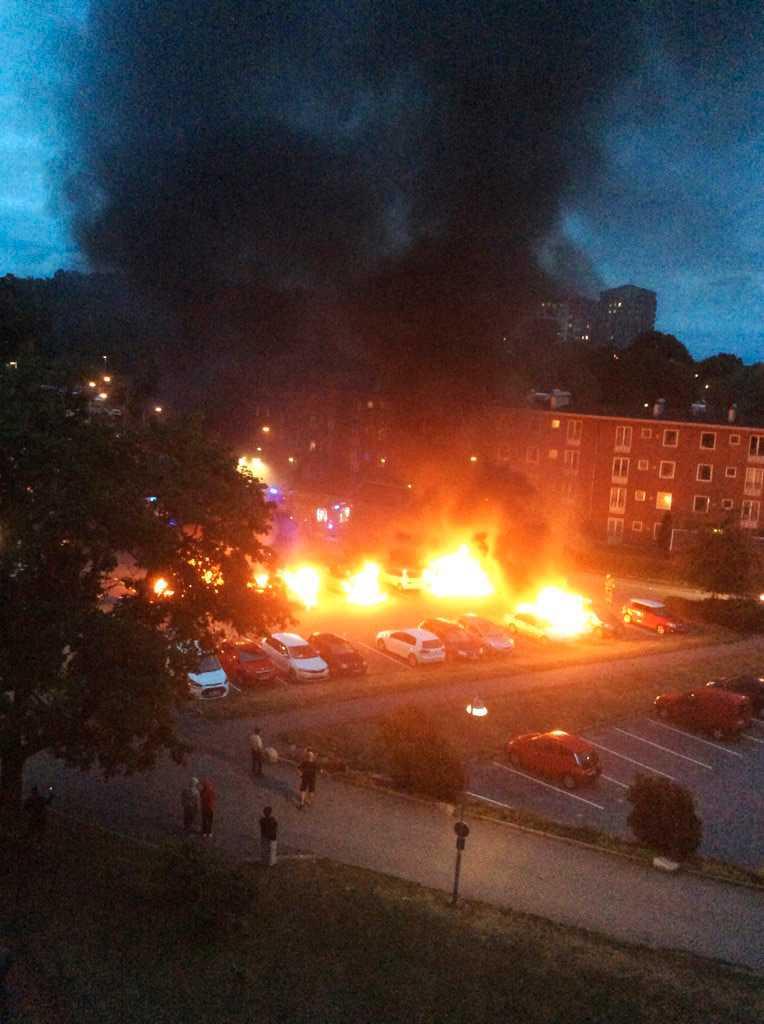 Brinnande bilar i närheten av Frölunda torg.