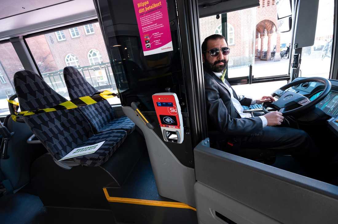 Avstängd sittplats bakom föraren på en av Skånetrafikens stadsbussar i Malmö under coronapandemin. Nu har Arbetsmiljöverket fattat beslut om att kollektivtrafikbolaget inte får tillåta på- och avstigning i den främre delen av bussen. Arkivbild.