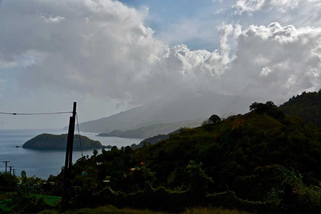 Vulkanen på Saint Vincent fortsätter att mullra dagen efter utbrottet.