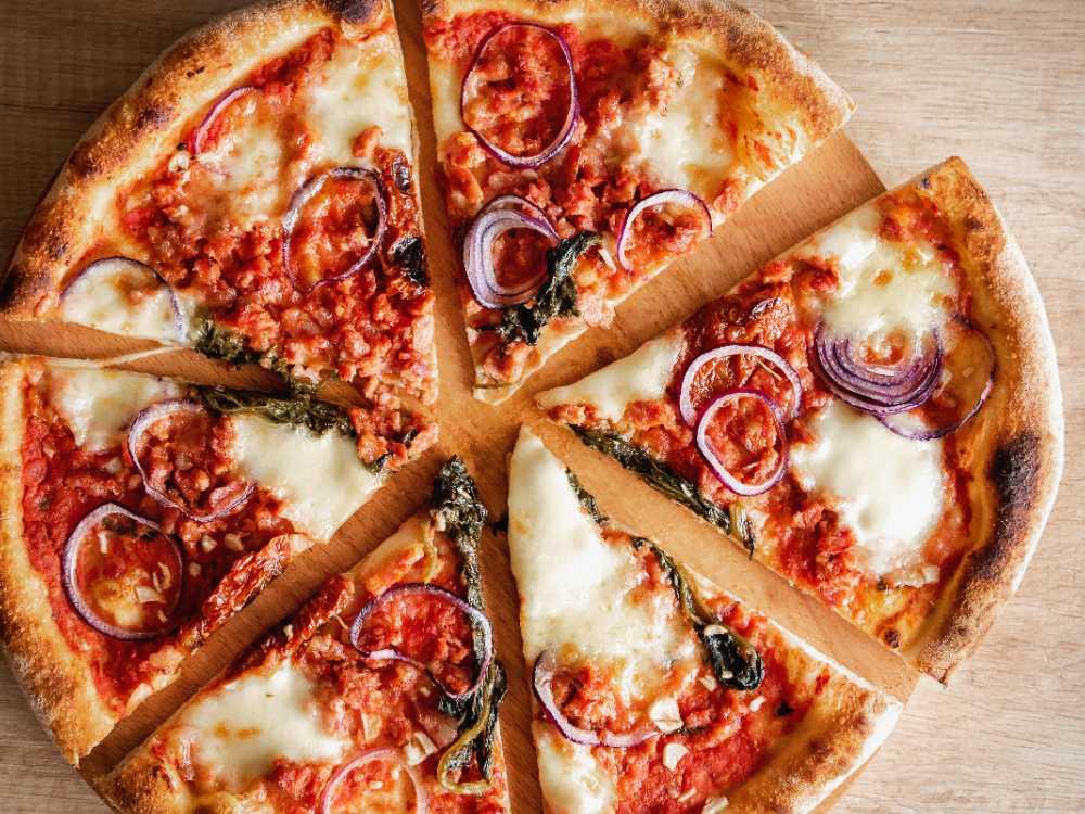 Pizza med salsiccia och mozarella