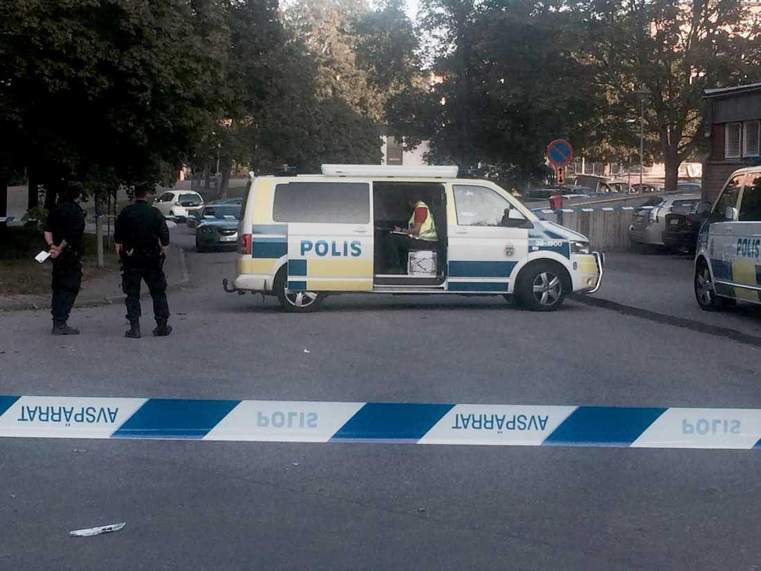 Polisen på platsen där två personer hittades med skottskador.