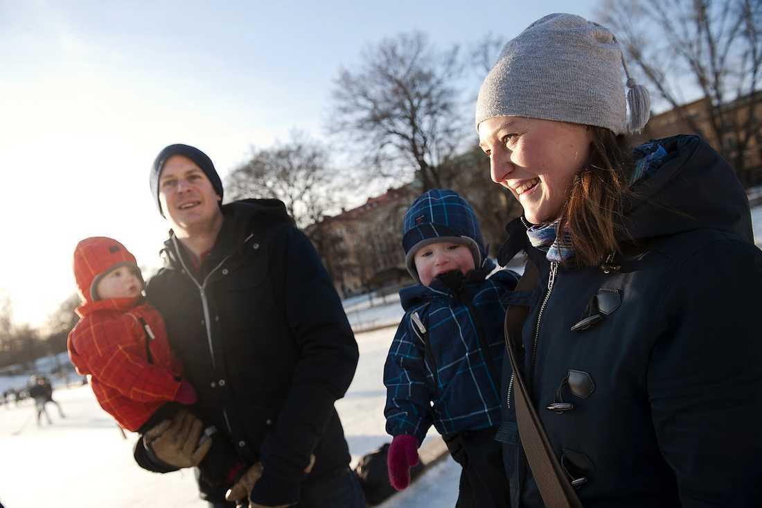 Lukas Sterner, 33, studerande, och Anna Röhfors, 34, ekonomichef, med tvillingarna Ludde och Alice, 1,5. Anna: – Nja. De har bara gått på förskola i sex veckor och just nu hämtar vi tidigt. Men vi märker att de flesta hämtar tidigt trots att de har äldre barn. Det kan nog bli som en slags press föräldrar emellan. Lukas: – Nej. Jag tror att jag känner mindre press än vad Anna kommer att känna. Det handlar nog om att man inte vill avvika från normen och riskera att ses som en sämre förälder.