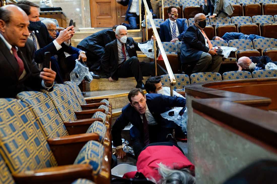 Ledamöter i kongressen tog skydd när mobben kom.