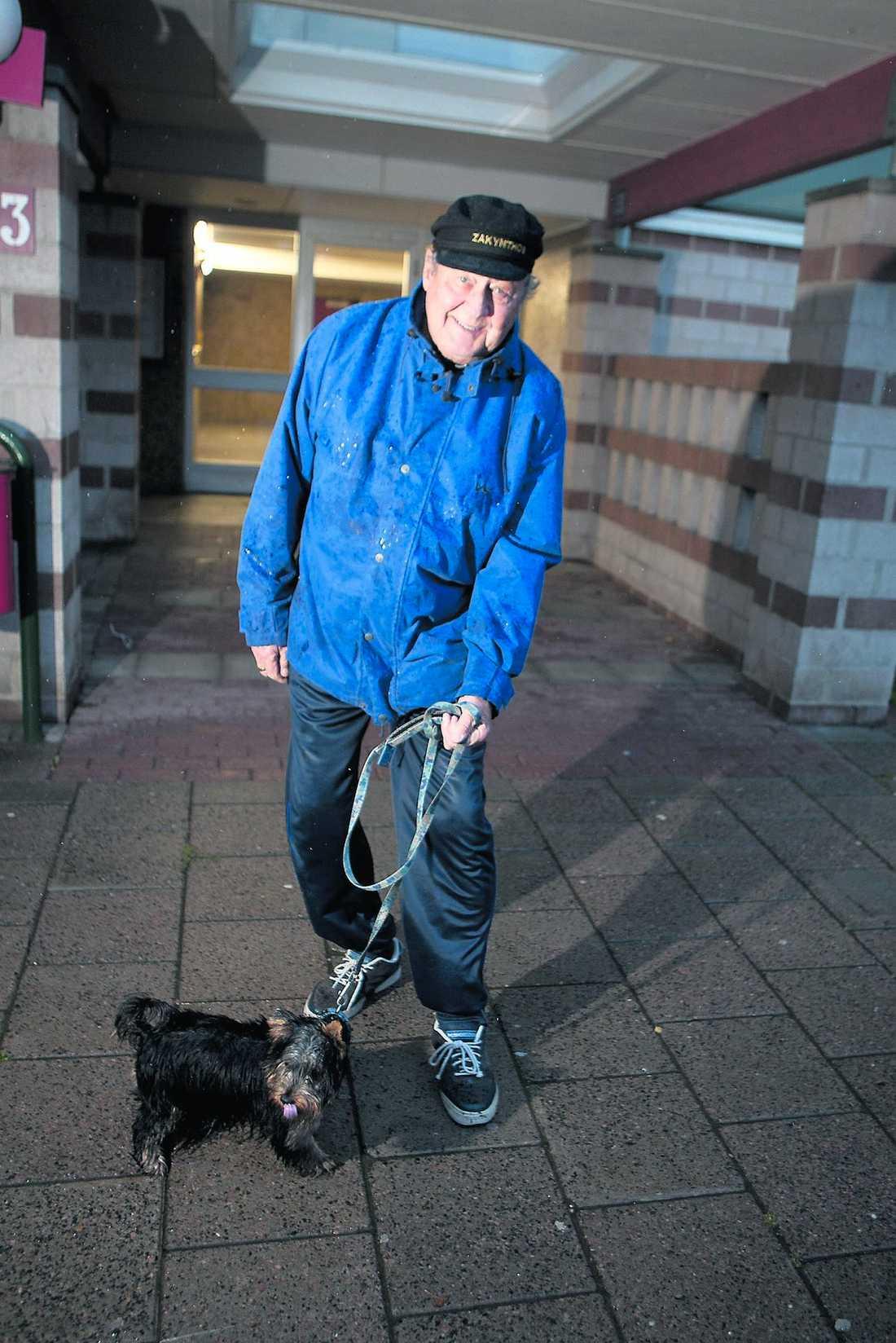 """Störs inte Lars Olsson, 70, har bott i Almgården i 22 år. Han har inga problem med invandrarna. """"Mig stör de inte."""""""