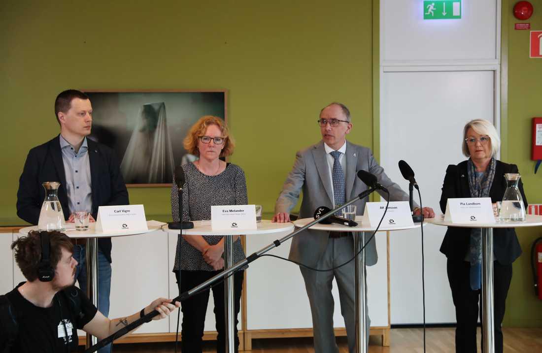 Beredskapsöverläkare Carl Vigre, smittskyddsläkare Eva Melander, regiondirektör Alf Jönsson och hälso- och sjukvårdsdirektör Pia Lundbom under en pressträff med Region Skåne.
