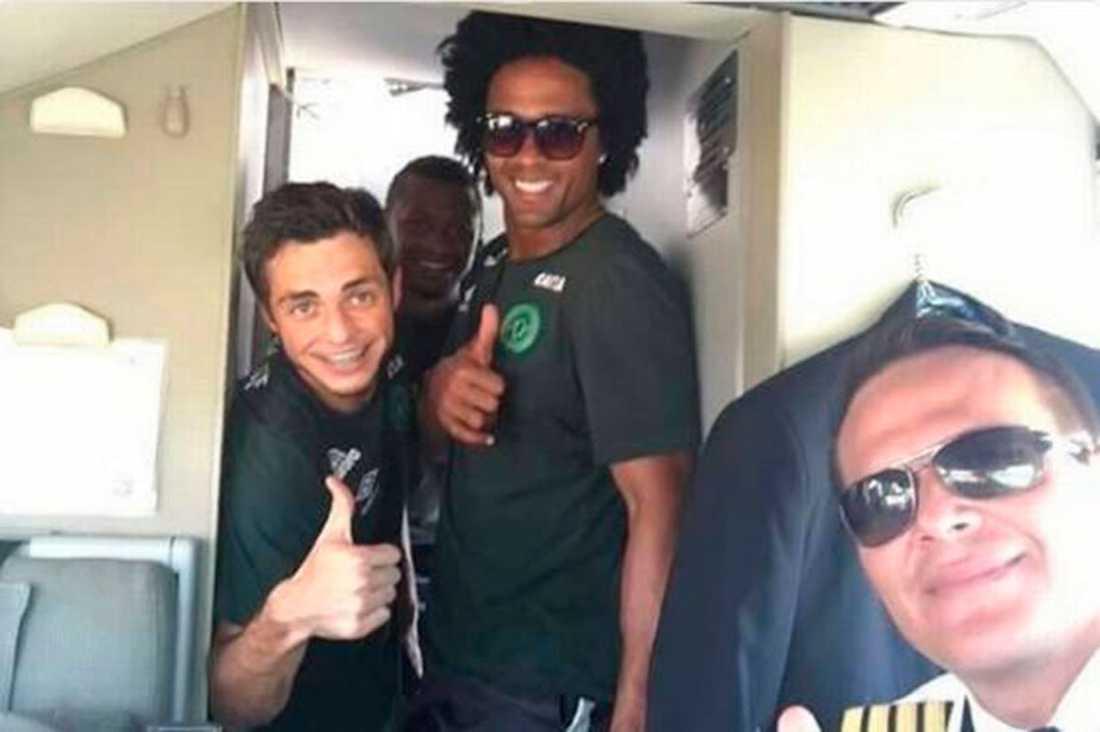 Piloten Miguel Quiroga på flygplanet med några av spelarna i laget.