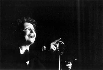 "Edith Piaf på scenen 1959. Det var året då hon gjorde världssuccé med ""Milord"", skriven av älskaren Georges Moustaki med musik av Marguerite Monnot."