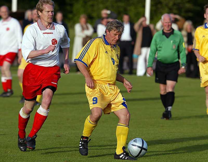 Politisk lirare Lars Ohly under den årliga fotbollsmatchen mellan regeringen och oppositionen, här året 2004.