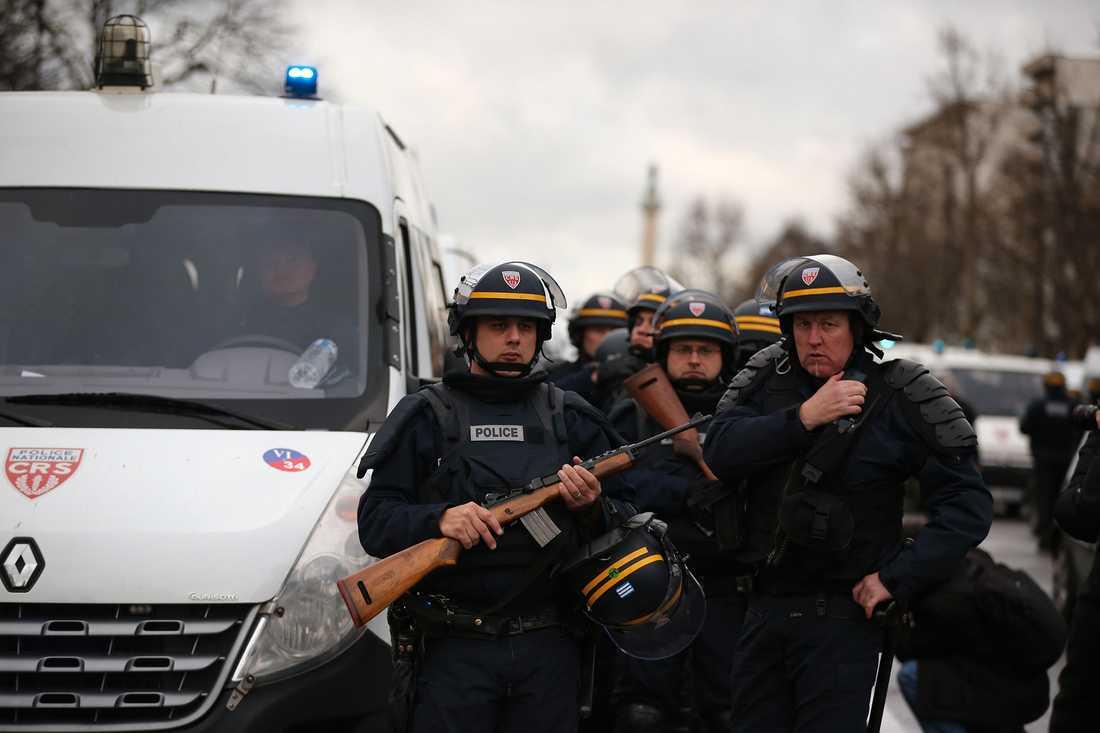 Poliser kring kosherbutiken