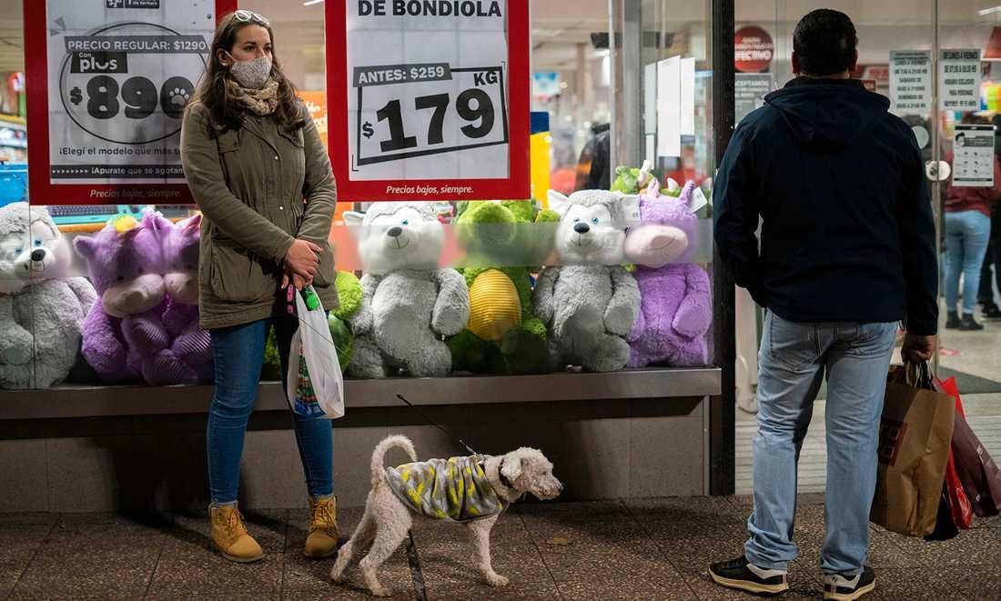 I Uruguays huvudstad Montevideo respekterar invånarna reglerna för att undvika att smittas.