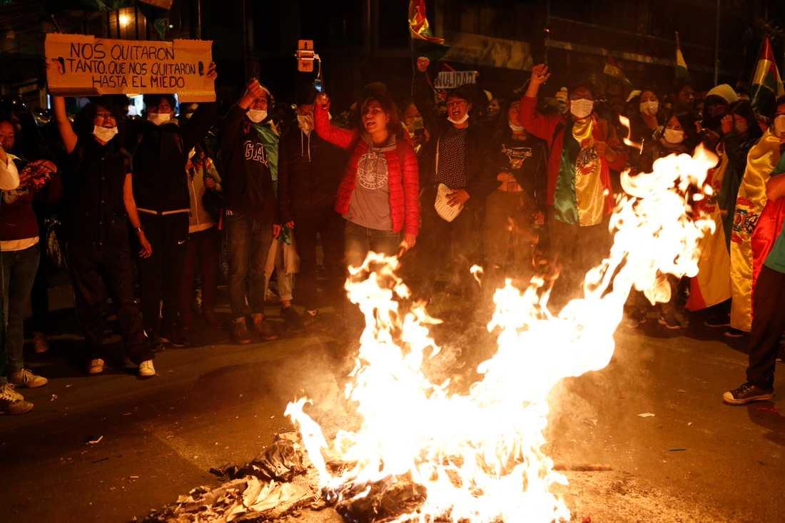 Regeringskritiska demonstranter tänder en eld i huvudstaden La Paz.