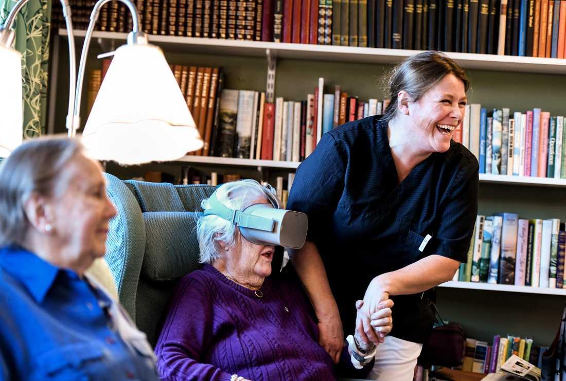 Stockholms läns landsting har låtit producera flera VR-filmer som lånas ut till äldreboenden i ett pilotprojekt.