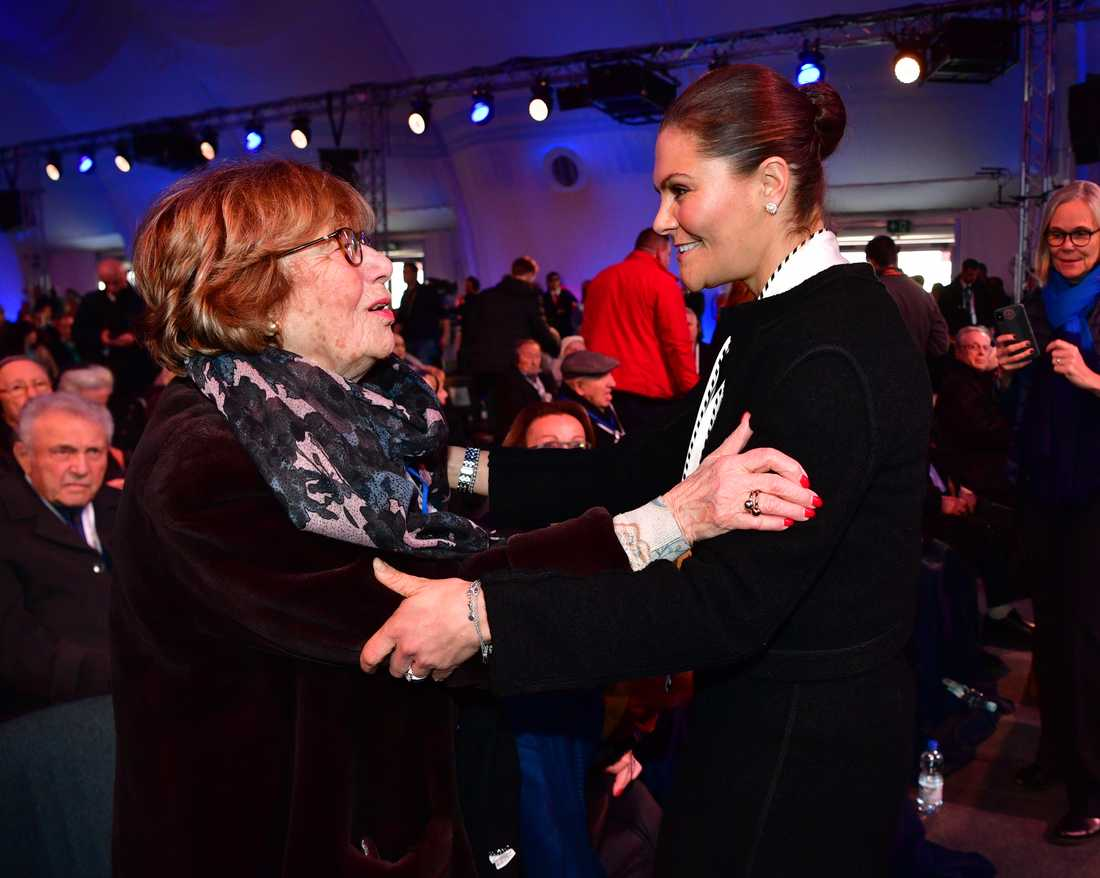 Kronprinsessan Victoria träffar överlevande vid minneshögtiden i Auschwitz.