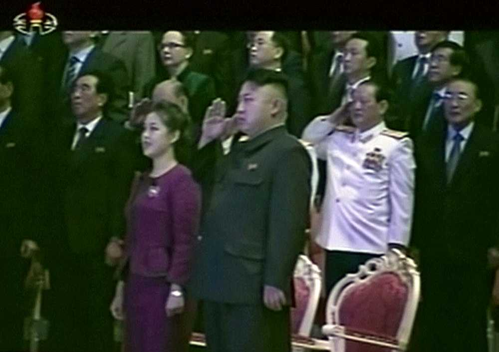 Bilder från statstelevisionen visar kort senare Ri Sol-Ju i åtsittande kläder - utan bula på magen.