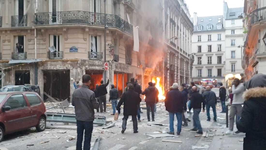 En kraftig explosion har inträffat på ett bageri i centrala Paris