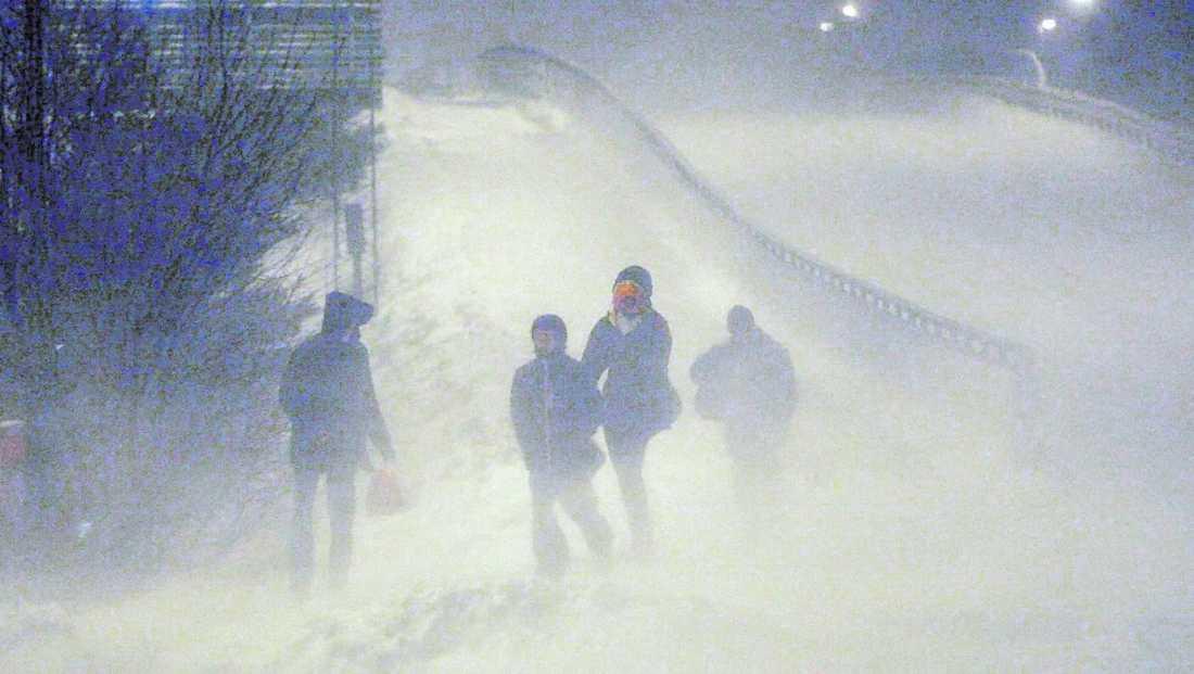 Vinterkaos Snöovädret som drog in över Sverige i helgen orsakade kaos, inställda flyg och hundratals avåkningar. Och i dag väntas läget bli mycket värre, enligt SMHI, polisen och räddningsverket De varnar för kaos på vägarna. SMHI har utfärdat klass 2-varning i dag för Upplandskusten och Roslagen, där ovädret kommer att vara värst.