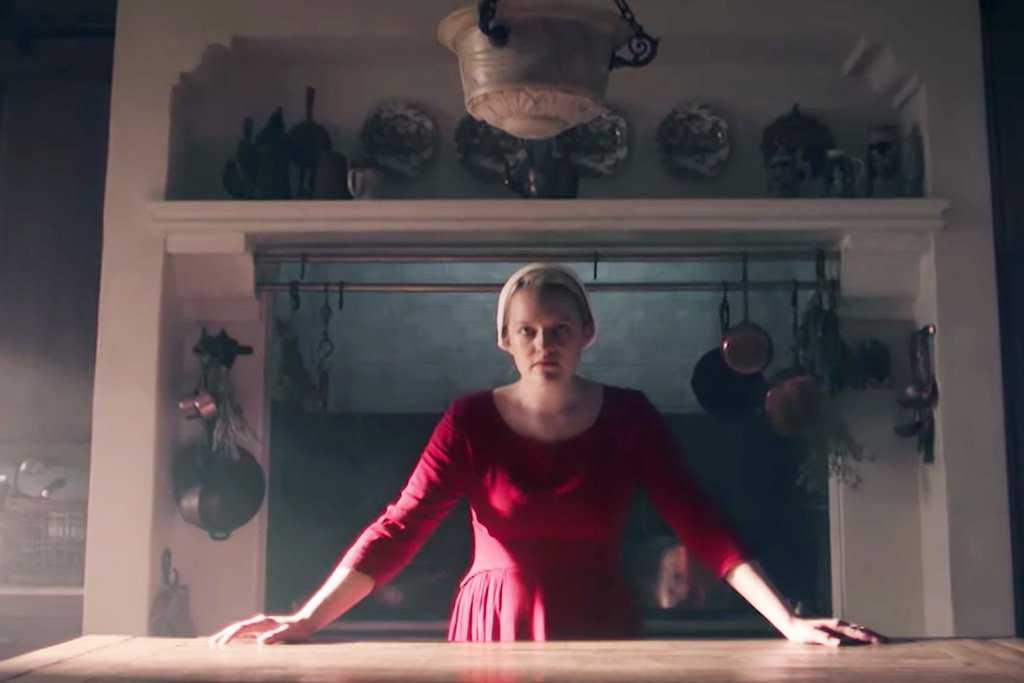"Elisabeth Moss i ""The handmaid's tale""."