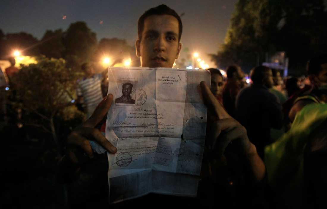 En demonstrant med dokument tagna ur den israeliska ambassaden.