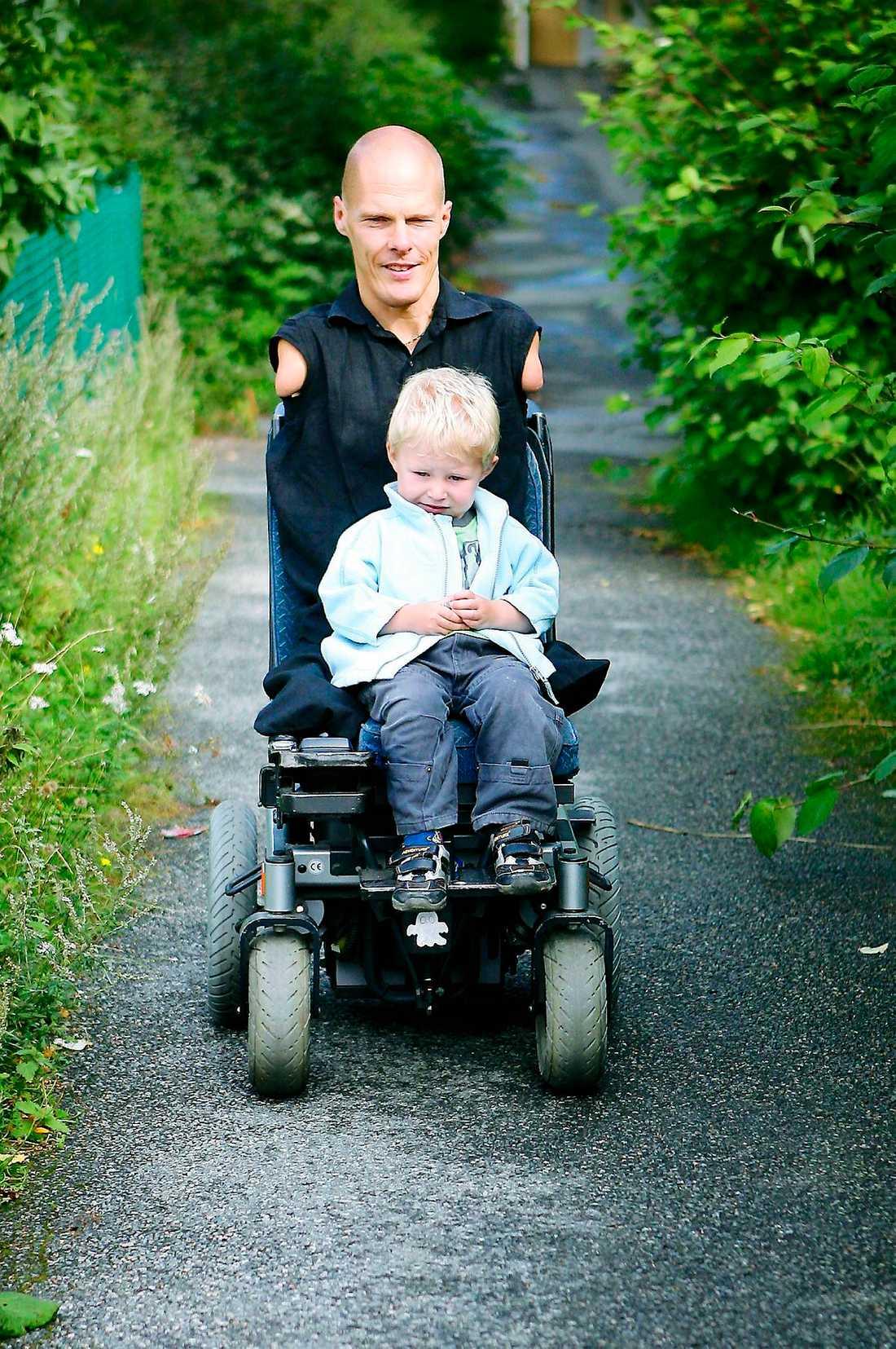 på äventyr. Sonen Linus följer gärna med på en åktur med pappas elektriska rullstol.